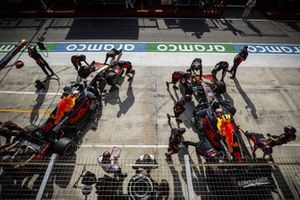 Max Verstappen, Red Bull Racing RB16, en Alex Albon, Red Bull Racing RB16