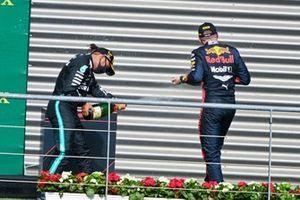 Lewis Hamilton, Mercedes-AMG F1, 1° posto, e Max Verstappen, Red Bull Racing, 3°posto, festeggiano sul podio