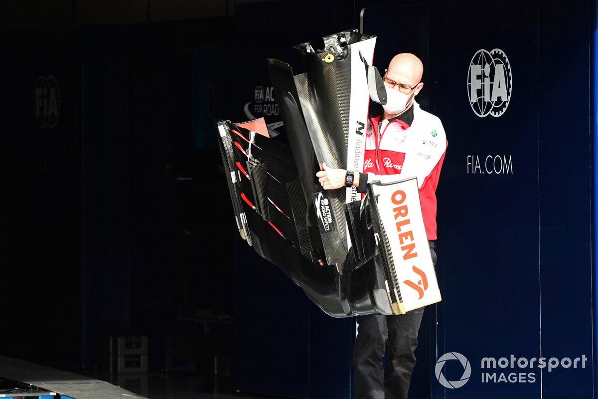 Un mecánico con alerón delantero para el Alfa Romeo Racing C39