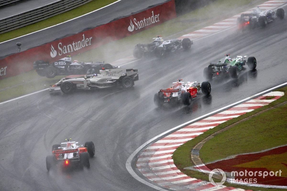 David Coulthard, Red Bull RB4 Renault, trompea y se toca con Kazuki Nakajima, Williams FW30 Toyota