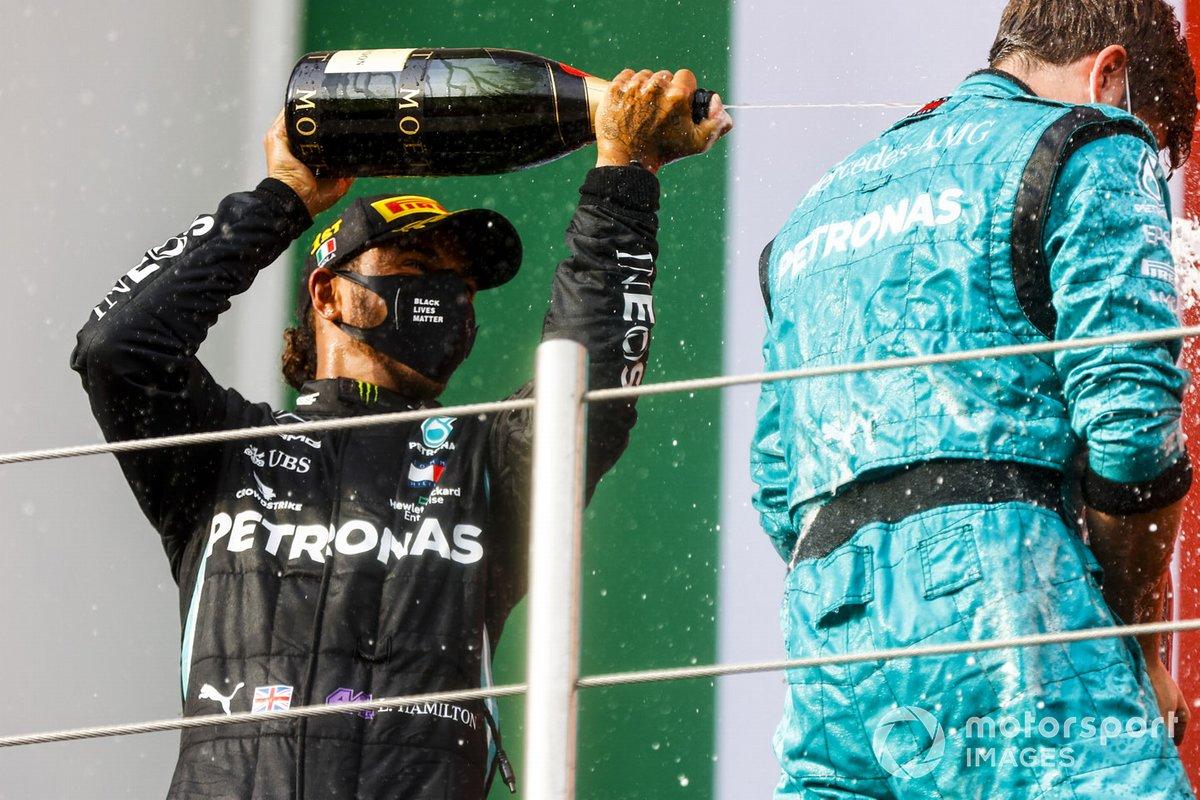 Il vincitore della gara Lewis Hamilton, Mercedes-AMG F1 e Winning Constructor Representative festeggiano sul podio con lo champagne