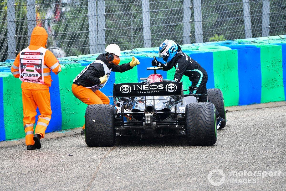 Valtteri Bottas, Mercedes, abbandona la sua auto danneggiata dopo un incidente nell'opening lap