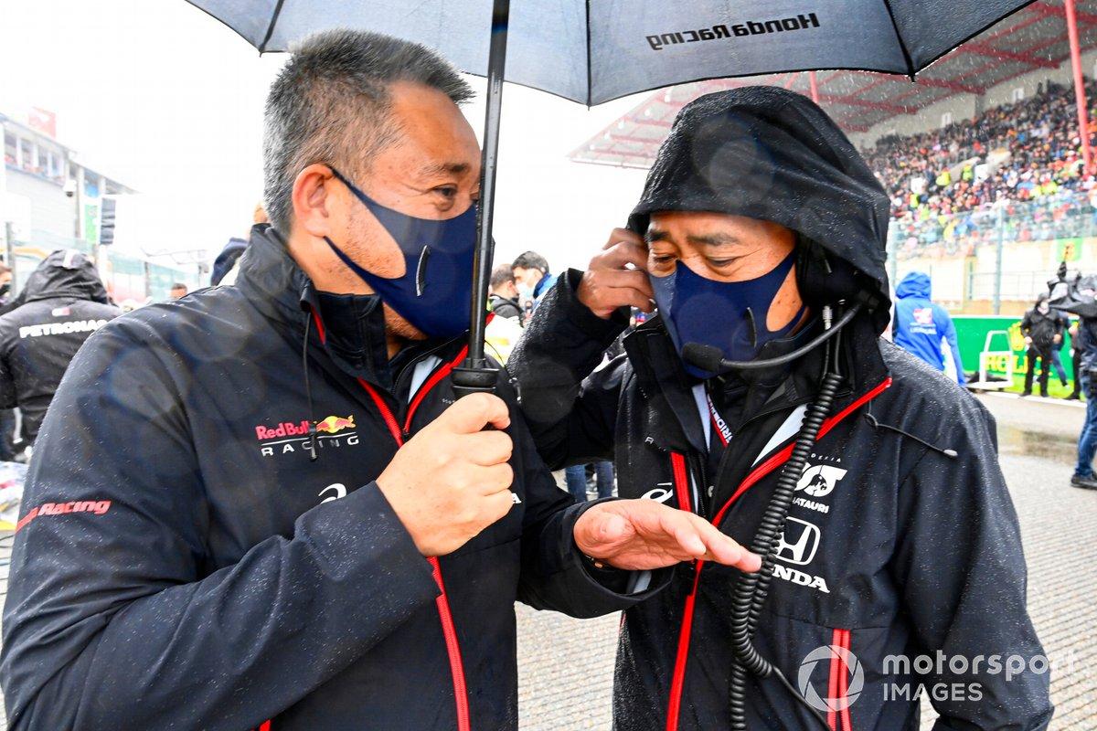 Masashi Yamamoto, General Manager, Honda Motorsport, e Toyoharu Tanabe, F1 Technical Director, Honda, sulla griglia di partenza