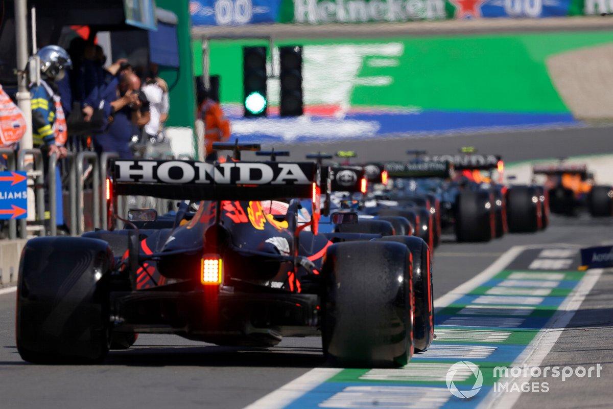 Max Verstappen, Red Bull Racing RB16B, en el pit lane