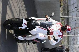 Kimi Raikkonen, Alfa Romeo Racing, su uno scooter