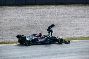 Lewis Hamilton, Mercedes W12, breaks down during FP2