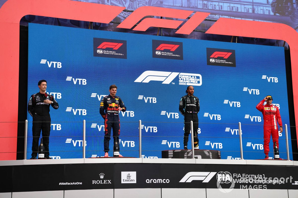 Podio: segundo lugar Max Verstappen, Red Bull Racing, ganador Lewis Hamilton, Mercedes, tercer lugar Carlos Sainz Jr., Ferrari