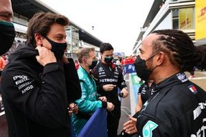 Lewis Hamilton, Mercedes, 1e plaats, en Toto Wolff, Team Principal en CEO, Mercedes AMG, vieren feest na de race