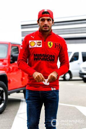 Carlos Sainz Jr., Ferrari, llega al circuito