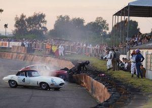 Calum Lockie, Jaguar E-type FHC, monte sur la barrière de pneus après son crash avec Alex Brundle, Jaguar E-Type dans le virage de Woodcote