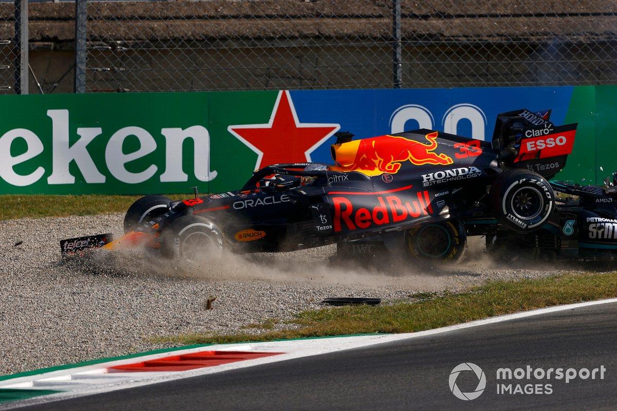 Lewis Hamilton, Mercedes W12 y Max Verstappen, Red Bull Racing RB16B, chocan durante la carrera