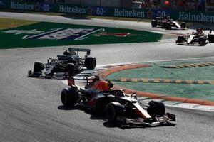 Sergio Perez, Red Bull Racing RB16B, Valtteri Bottas, Mercedes W12