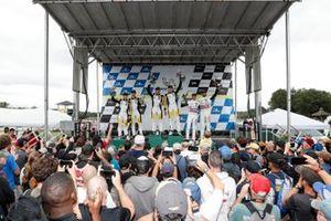 #4: Corvette Racing C8.R, GTLM: Tommy Milner, Nick Tandy, #3: Corvette Racing C8.R, GTLM: Antonio García, Jordan Taylor, #79: WeatherTech Racing Porsche 911 RSR - 19, GTLM: Cooper MacNeil, Kevin Estre celebran en el podio