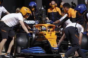 Lando Norris, McLaren MCL35M, en el pit lane