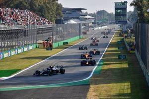 Valtteri Bottas, Mercedes W12, Max Verstappen, Red Bull Racing RB16B, Daniel Ricciardo, McLaren MCL35M, Lando Norris, McLaren MCL35M, and the rest of the field at the start