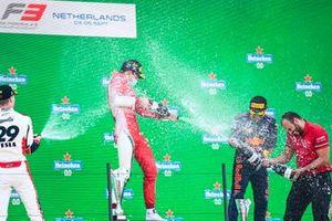 Podio: Logan Sargeant, Charouz Racing System, ganador Arthur Leclerc, Prema Racing, Ayumu Iwasa, Hitech Grand Prix