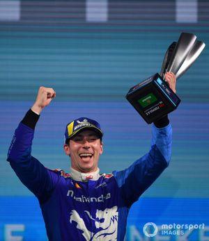 Podio: Alex Lynn, Mahindra Racing, 1ª posición, levanta su trofeo