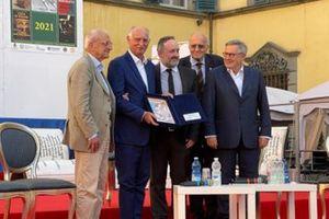 Carlo Cavicchi con il premio Bruno Raschi al Bancarella Sport