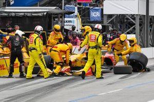 Ryan Hunter-Reay, Andretti Autosport Honda con danni e gomma a terra.