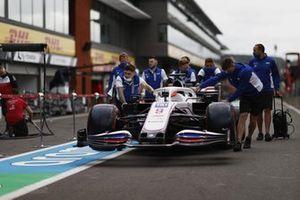 Haas F1-monteurs met de wagen van Nikita Mazepin, Haas VF-21 in de pitstraat