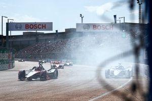 Jake Dennis, BMW i Andretti Motorsport, BMW iFE.21, hits the wall as Sebastien Buemi, Nissan e.Dams, Nissan IMO3, passes