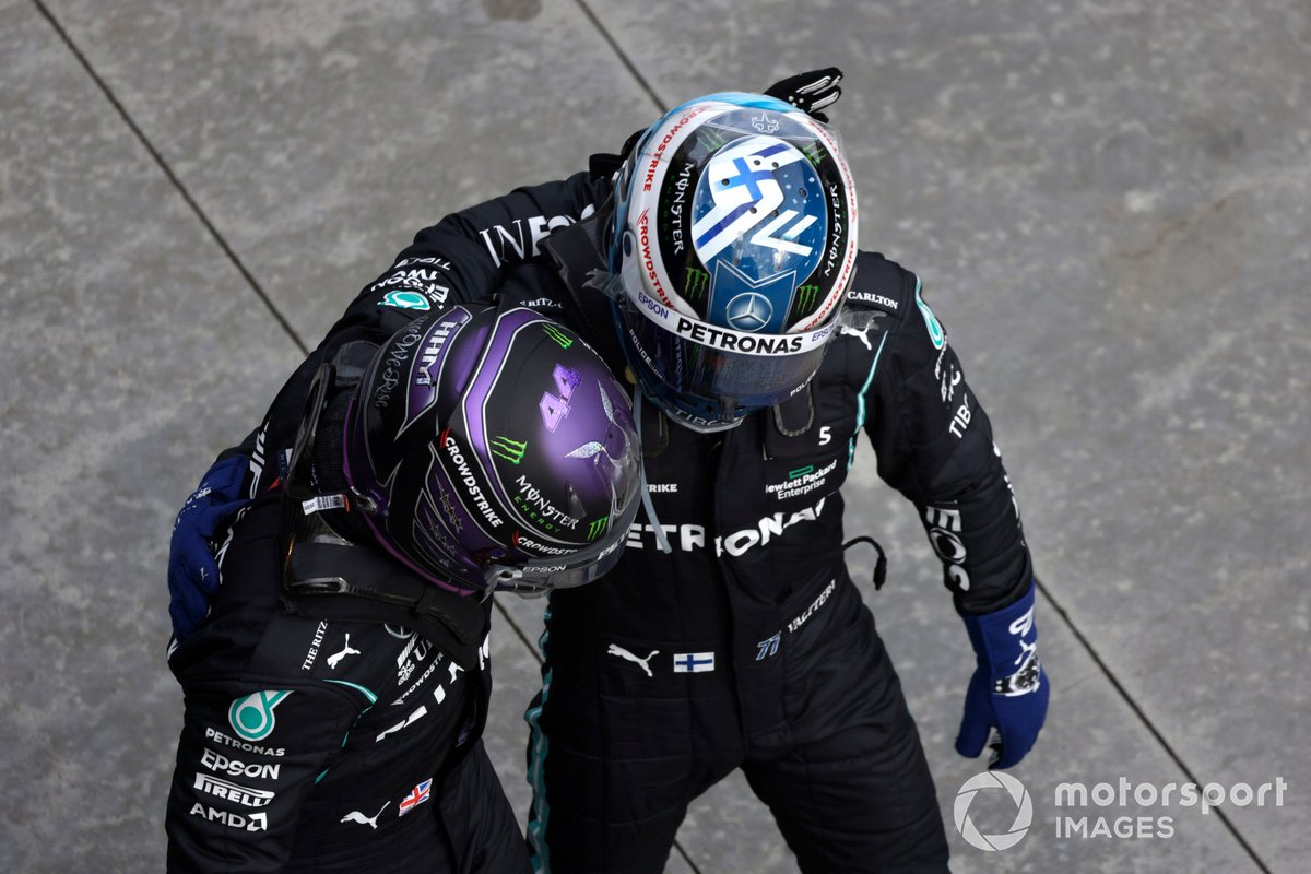 Pole Position de Lewis Hamilton, de Mercedes, es felicitado por Valtteri Bottas, de Mercedes, en el Parc Ferme