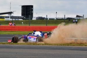 Daniil Kvyat, Toro Rosso STR14, takes a trip across the grass