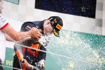 Winnaar Juri Vips, Hitech Grand Prix viert zijn zege op het podium met de champagne