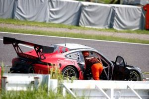 #911 EBM Porsche 911 GT3 R: Sven Müller, Romain Dumas, Mathieu Jaminet stopps on track
