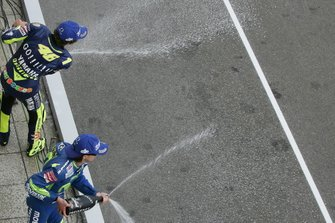 Podio: Valentino Rossi, Yamaha y Sete Gibernau, Honda