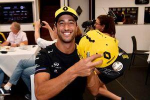 Daniel Ricciardo, Renault F1 Team signs hats for fans