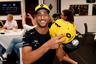 Daniel Ricciardo, Renault F1 Team signs hats for fans