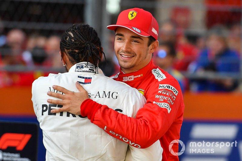 Ganador de la pole Charles Leclerc, Ferrari, segundo lugar Lewis Hamilton, Mercedes AMG F1