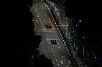 Sebastian Vettel, Ferrari SF90, voor Valtteri Bottas, Mercedes AMG W10