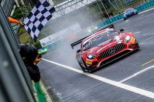 Il vincitore #88 Akka ASP Team Mercedes-AMG GT3: Vincent Abril, Raffaele Marciello
