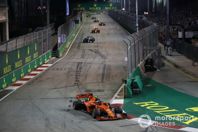 Charles Leclerc, Ferrari SF90, precede Lewis Hamilton, Mercedes AMG F1 W10, e Sebastian Vettel, Ferrari SF90