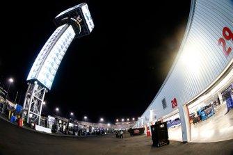 Fahrerlager am Richmond Raceway bei Flutlicht