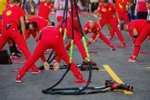 Les mécaniciens Ferrari font des étirements
