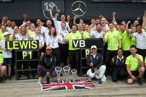 Lewis Hamilton, Mercedes AMG F1 y Valtteri Bottas, Mercedes AMG F1, celebran con el equipo Mercedes