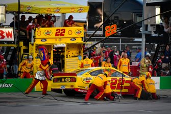 Joey Logano, Team Penske, Ford Mustang Shell Pennzoil makes a pit stop, Sunoco