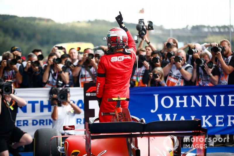 Charles Leclerc, Ferrari, celebra la victoria en parc ferme