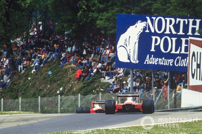 Alain Prost, McLaren MP4-4 Honda, segue Ayrton Senna, McLaren MP4-4 Honda, al GP di San Marino del 1988