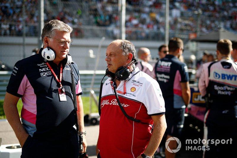 Otmar Szafnauer, director general de Racing Point, y Frederic Vasseur, director del equipo Alfa Romeo Racing, en la parrilla.