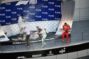 Podio: segundo lugar Valtteri Bottas, Mercedes AMG F1, ganador Lewis Hamilton, Mercedes AMG F1 y Charles Leclerc, Ferrari