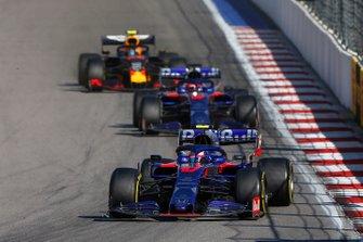 Pierre Gasly, Toro Rosso STR14, devant Daniil Kvyat, Toro Rosso STR14, et Alex Albon, Red Bull RB15