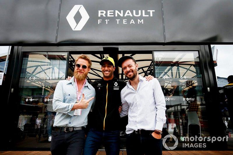 Ted Dwane y Marcus Mumford del grupo Mumford and Sons se reúnen con Daniel Ricciardo, del equipo Renault F1.