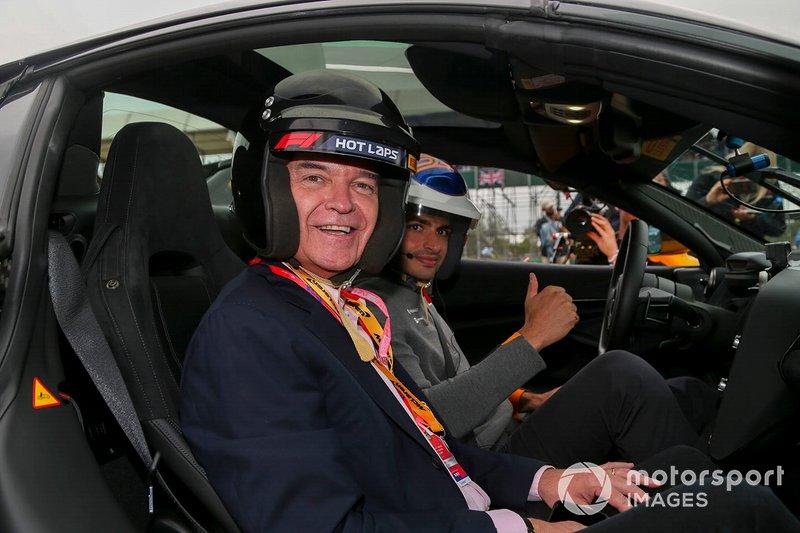 Phillip Schofield en un coche de las Hot Laps