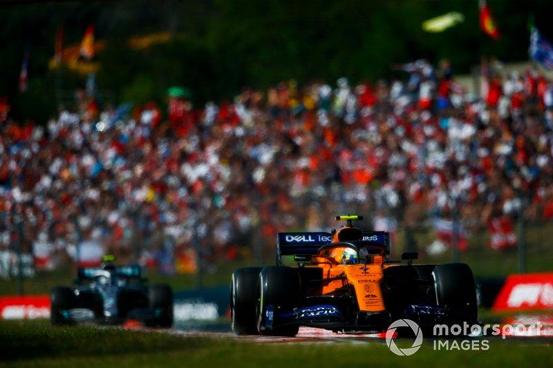 Lando Norris, McLaren MCL34, Valtteri Bottas, Mercedes AMG W10