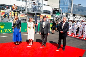 Chase Carey, Chairman, Formula 1, and dignitaries on the grid as part of the pre race grid celebrations