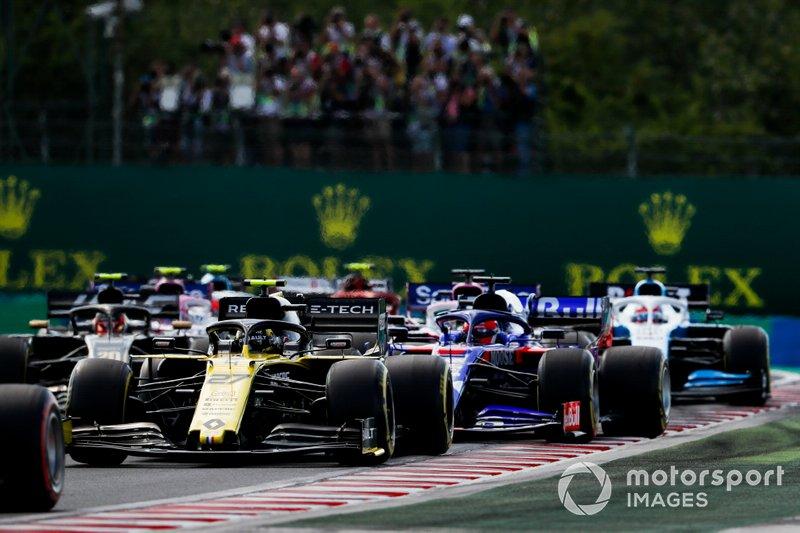 Nico Hulkenberg, Renault F1 Team R.S. 19 precede Daniil Kvyat, Toro Rosso STR14 all'inizio della gara